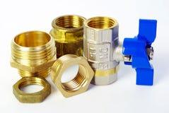 水龙头和配件供水的 管子附件和管道系统的零件 有益健康和技术工作 免版税库存照片