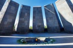 永恒火焰在Tsitsernakaberd -纪念热忱对亚美尼亚种族灭绝的受害者 亚美尼亚耶烈万 永恒火焰 免版税库存图片