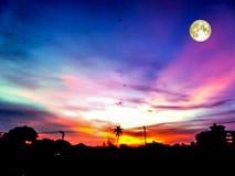 永恒火焰蓝色前光和阴影满月在天空 库存照片
