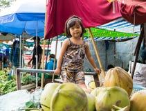 永隆,越南- 2014年11月30日:单独未认出的儿童游戏在很多果子中在永隆市场,湄公河三角洲上 暗指 库存照片