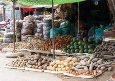 永隆,越南- 2014年11月30日:热带水果被显示在永隆水果市场,湄公河三角洲上 多数越南` s f 免版税图库摄影