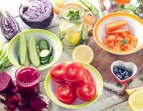 汁液、圆滑的人、水果和蔬菜 免版税图库摄影
