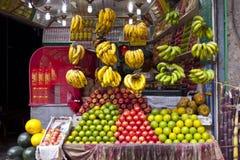 汁液准备新鲜水果汁的摊位所有者 免版税图库摄影
