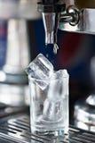 汁液分配器杠杆阀门与流程的新甜wat的 库存照片