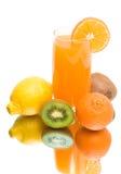 汁液和在一个空白背景的新鲜水果 免版税库存照片