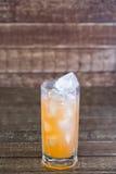 汁液喝与残破的冰的葡萄柚在a 库存照片