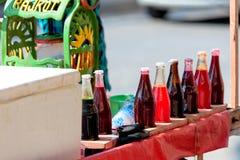 汁液推车在印度,卖从五颜六色的糖浆的汁液 库存照片