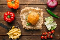 汁液汉堡用在木桌特写镜头的牛排 免版税库存照片