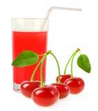 汁液用在白色背景隔绝的几棵樱桃 免版税库存图片