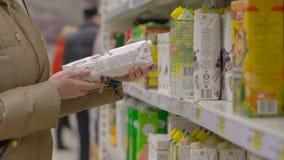 汁液的少妇购物在超级市场 股票视频
