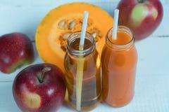 汁液苹果汁南瓜 新鲜的汁液 自然的汁液 苹果计算机南瓜 免版税库存图片