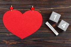 求与红色心脏的日历的立方在与拷贝空间的木桌上 2月14日概念 免版税库存图片