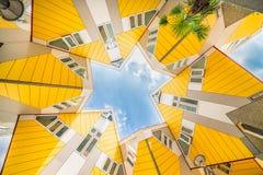 求从下面合并鹿特丹的立方的房子创造星 库存照片