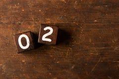 求在老木桌上的数字与拷贝空间, 02的立方 库存图片
