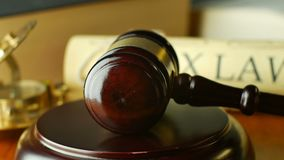 求婚法律法官与惊堂木和锤子的诉讼概念 股票视频