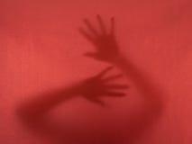 求救-妇女,手-被监禁,奋斗逃脱骗局 免版税库存图片