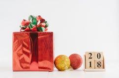 求日历的立方与红色礼物盒和装饰的新年2018年在白色背景 免版税库存照片