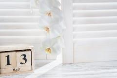 求5月13日和白色兰花的形状日历的立方, 免版税库存照片