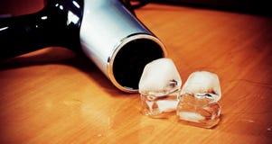 求hairdryer冰的立方与 免版税库存照片