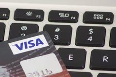 汇丰签证在键盘的信用卡 免版税库存图片