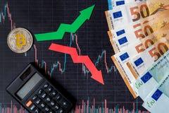 汇率波动和预测真正金钱 与金黄Bitcoin梯子的红色和绿色箭头在黑纸 免版税图库摄影