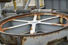 汇编传送带的老生锈的力量轮子 免版税库存照片