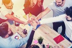 汇集他们的手的商人 综合化、配合和合作的概念 免版税库存照片