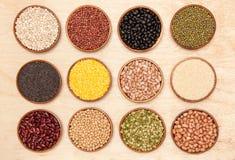 汇集套豆、豌豆和芝麻在木 免版税图库摄影