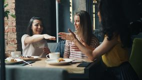 汇集手的笑的女朋友在享受友谊的咖啡馆 股票录像