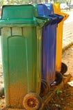 汇集的不同的色的容器回收材料。 库存照片