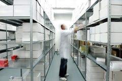 汇集配件箱的工作者 免版税库存照片