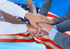 汇集他们的手的人们反对振翼的美国国旗背景 免版税图库摄影