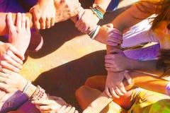 汇集他们的手的朋友在团结和队的标志 免版税库存照片
