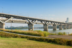 汉城地铁和桥梁在Hanriver在汉城,韩国 图库摄影