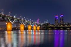 汉城地铁和桥梁在Hanriver在汉城,韩国 库存照片