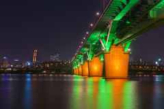 汉城地铁和桥梁在Hanriver在汉城,韩国 免版税库存图片