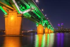 汉城地铁和桥梁在Hanriver在汉城,韩国 免版税库存照片