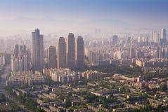 汉城市和街市地平线在日落在有薄雾的天 库存照片