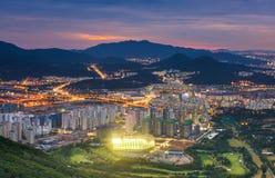 汉城市对汉城,韩国街市的地平线视图  免版税库存图片