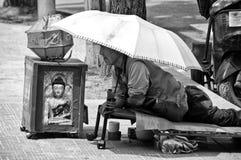 汉城韩国街道,一个被致残的叫化子在伞下 免版税库存照片