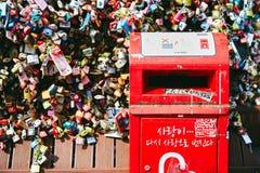 汉城,韩国- 2014年10月8日:一个红色岗位箱子的特写镜头信件在锁爱关键区在Namsan塔N汉城 免版税库存照片