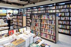汉城,韩国- 2015年8月13日:一本人阅读书在COEX大会和展览会-汉城,韩国书店  库存图片