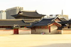 汉城,韩国- 2017年6月3日:五颜六色的传统穿戴的- hanbok年轻女人参观景福宫宫殿的 库存图片