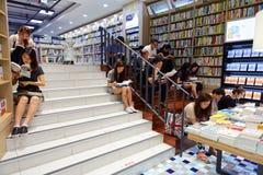汉城,韩国- 2015年8月13日:人在COEX大会和展览会-汉城书店的台阶的阅读书  免版税图库摄影