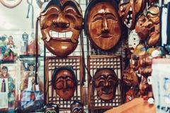 汉城,韩国- 2015年8月14日:传统韩国木面具在Insadong街道卖了在汉城,韩国 免版税库存图片