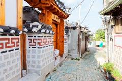 汉城,韩国- 2015年8月09日:住宅区传统房子在Seochon Hanok村庄的在汉城,韩国 库存图片