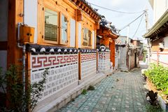 汉城,韩国- 2015年8月09日:住宅区独特的传统房子在Seochon Hanok村庄的在汉城,韩国 免版税库存图片