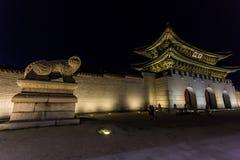 汉城,韩国- 2017年6月1日:去靠近Gwanghwamun门的人们在景福宫宫殿在晚上 免版税库存照片
