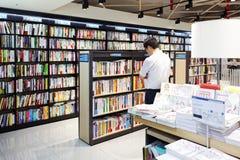 汉城,韩国- 2015年8月13日:在COEX大会和展览会供以人员寻找一本书-汉城,南Kore书店  免版税库存图片