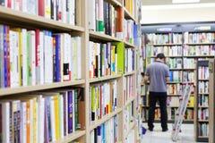 汉城,韩国- 2015年8月13日:在COEX大会和展览会供以人员检查书-汉城,韩国书店  免版税库存图片